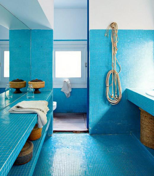 Интериор на баня в синьо