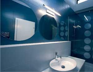 Интериор на синя баня за един