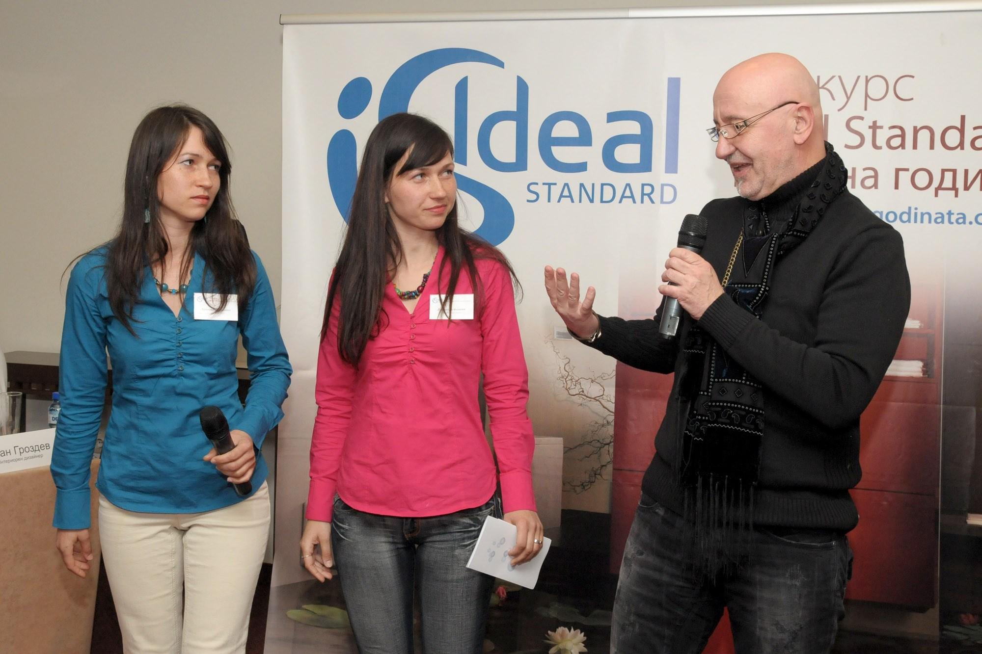 арх. Иван Александров връчва награда в конкурса Ideal Standardбаня на 2010