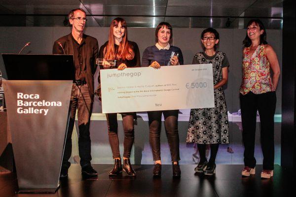 Награждаване: (от ляво на дясно) Хосеп Конгост (Дизайн мениджър Roca), Марта Кукет, Санна Вьолкер, Казуйо Седжима (председател на журито), Изабел Роиг (Изпълнителен директор BCD)